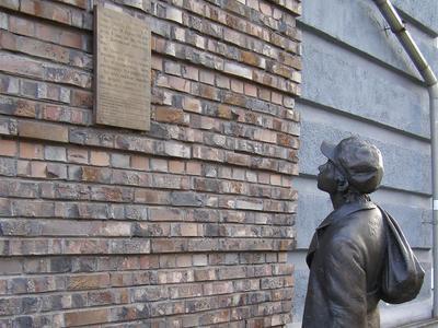 Фрагмент памятника Анатолию Кузнецову в Киеве